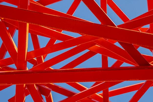 Construction abstraite rouge et ciel bleu