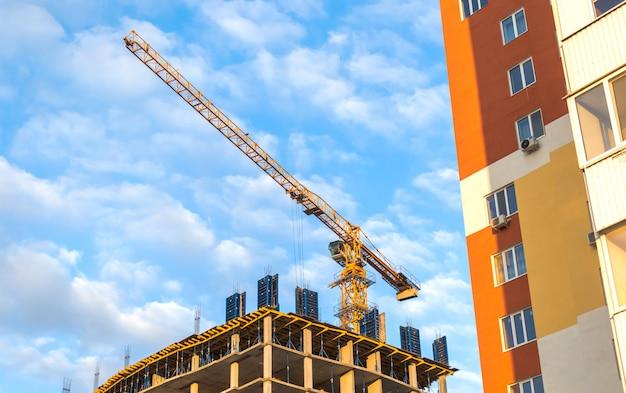 Construction et bâtiment, grue de construction sur une photo de fond de ciel