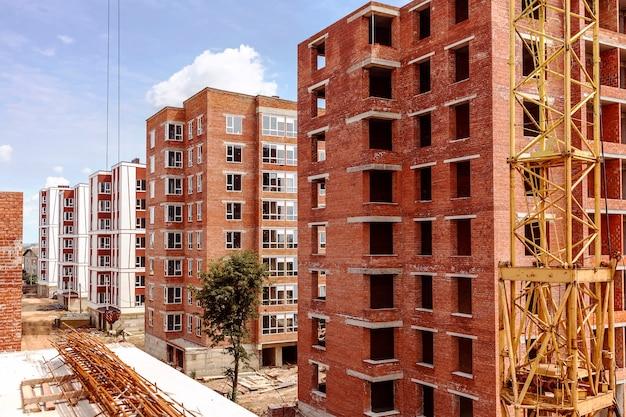 Construction d'un bloc de maisons en briques à plusieurs étages