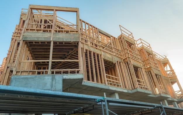 Construction en bois, structure antisismique résistante.