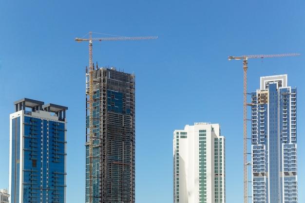 Construction des derniers étages d'un immeuble à plusieurs étages