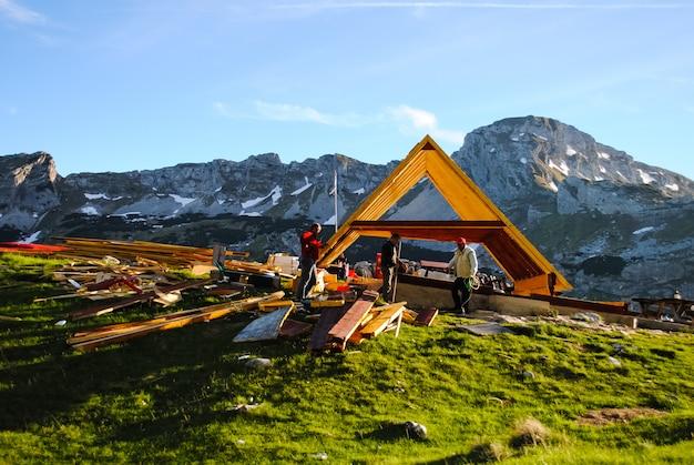 Construction du bâtiment au sommet de la montagne