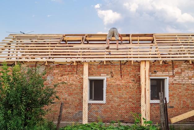 Construction du toit d'une maison rurale. photo prise en russie, à la campagne