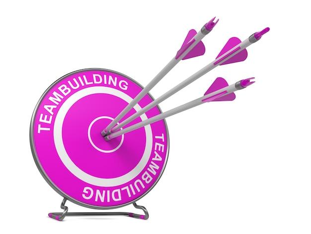 Construction d'équipe. trois flèches frappant le centre d'une cible rose, où se trouve