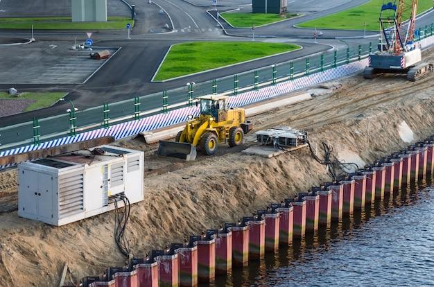 Construction d'un front de mer sur la plage.
