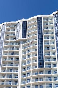 Construction de gratte-ciel sur ciel bleu, architecture moderne, bâtiment urbain.
