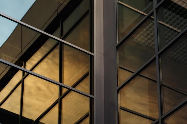 Construction d'un immeuble de bureaux moderne et contemporain