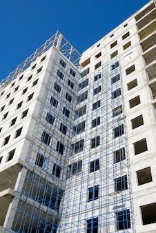 Construction d'un immeuble de bureaux en verre et béton