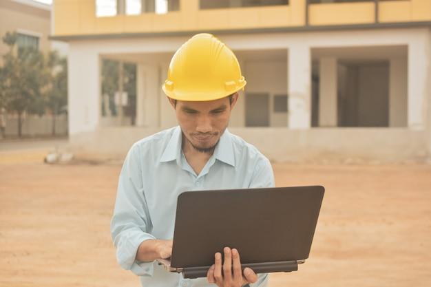 Construction d'ingénierie tenant des travaux d'inspection des ordinateurs portables au projet de construction immobilière
