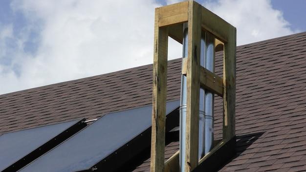 Construction et isolation de la cheminée sur le toit de la maison