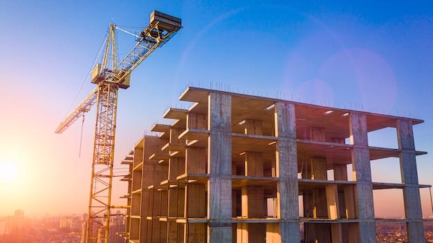 Construction d'une maison en briques à plusieurs étages, vue drone.