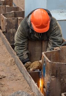 Construction d'une maison d'habitation soudant des constructions métalliques pour la construction d'un monolithe