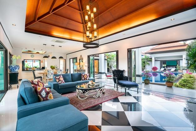 Construction de maison ou de maison design d'intérieur de luxe dans le salon des villas avec piscine