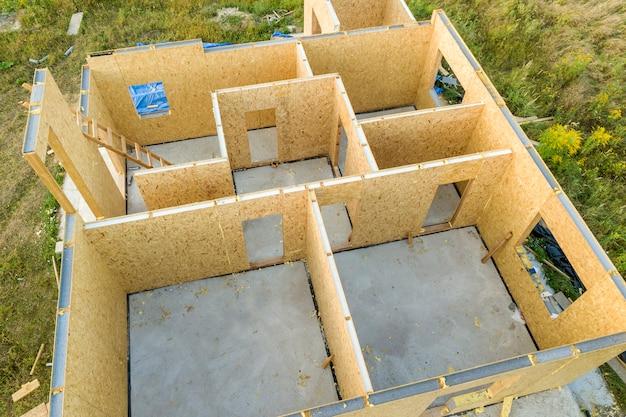 Construction d'une maison modulaire neuve et moderne.