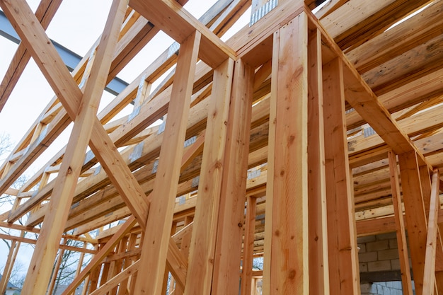 Construction d'une maison neuve avec maison à ossature en construction, ossature
