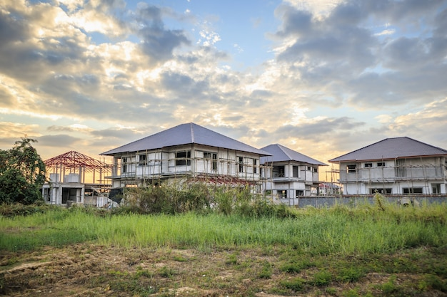 Construction de maisons d'habitation sur le terrain