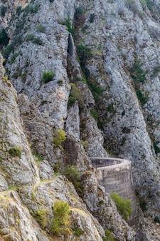 Construction de marais et de route dans la montagne