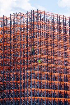 Construction en métal rouge sur le fond du ciel