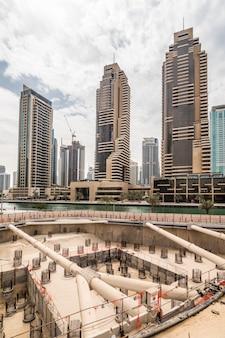 Construction d'un nouveau gratte-ciel à dubaï, emirats arabes unis