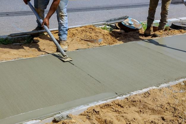 Construction de nouveaux trottoirs pose de béton ciment