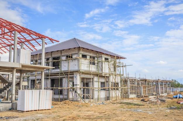 Construction d'une nouvelle maison résidentielle en cours sur le chantier