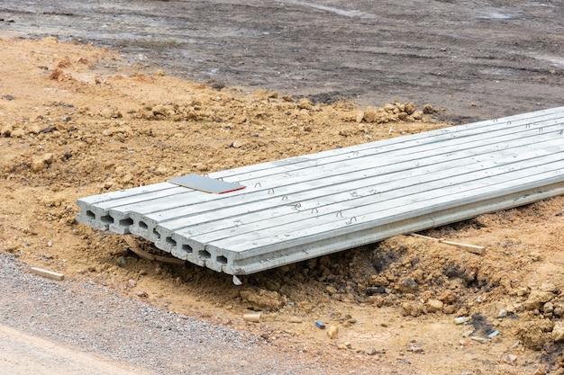Construction de pieux pieux en béton en forme de i sur le chantier de construction.
