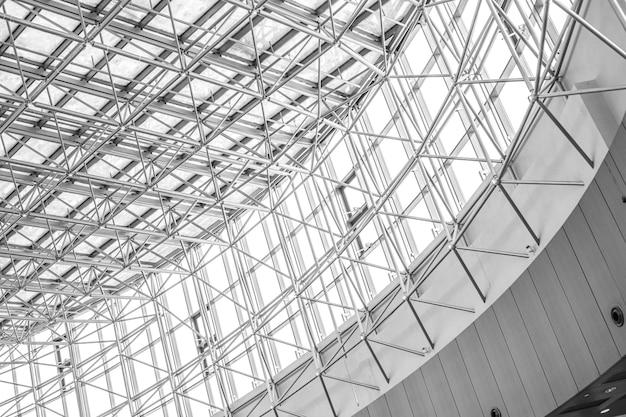 Construction de plafond en métal d'un grand immeuble de grande hauteur, photo en noir et blanc