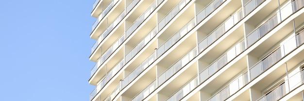 Construction à plusieurs étages contre le ciel bleu
