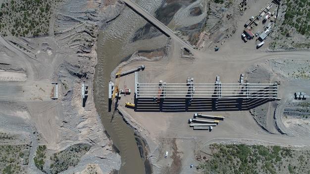 Construction d'un pont autoroutier sur le rio diamante.