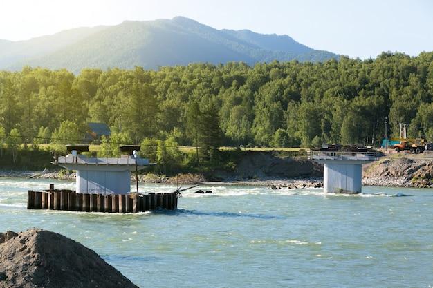Construction d'un pont sur une rivière de montagne.