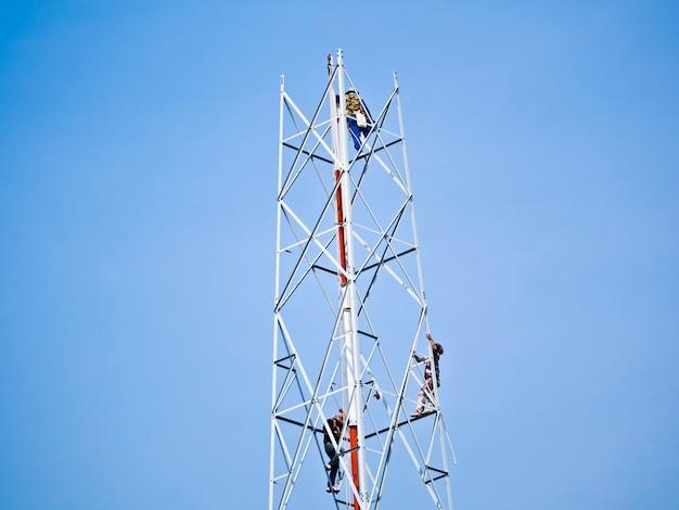 Construction de poteaux de télécommunication en cours