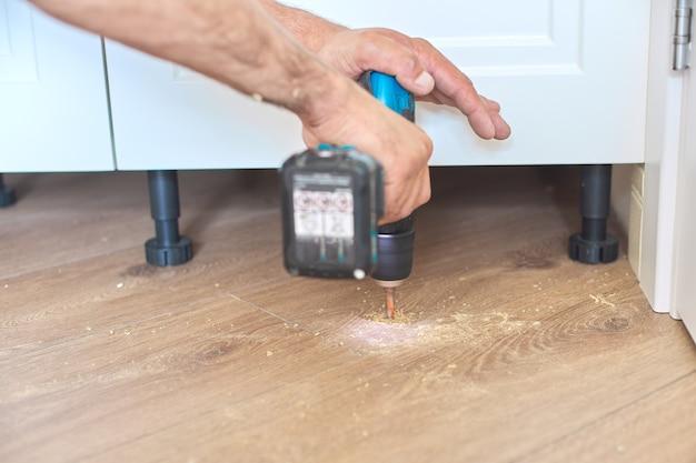 Construction et réparation, butée de porte, installation d'outils de butée de porte, butée au sol avec outil
