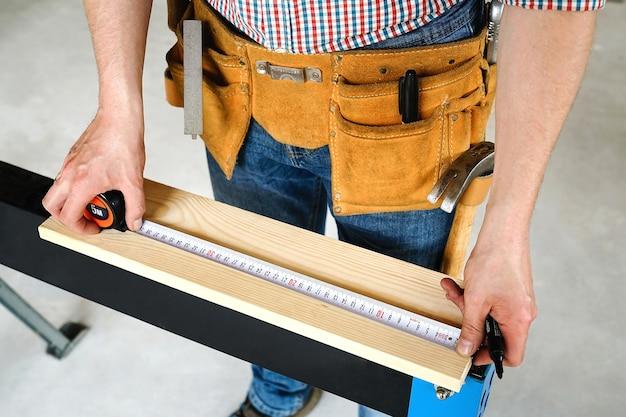 Construction et réparation. charpenterie. le travailleur marque la planche