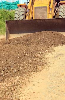 Construction d'un revêtement routier avec un sol de gravier.