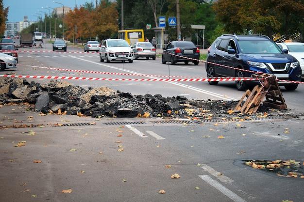 Une construction de route entrave la circulation dans une ville