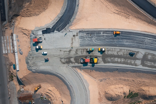 Construction de route d'une large route goudronnée à l'aide d'une vue de dessus d'équipement de transport routier
