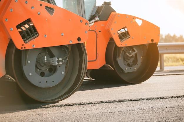 Construction de route. rouleau compresseur.