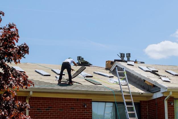 Construction de toit à la maison application de nouveaux bardeaux