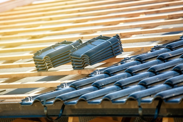 Construction de toit avec tuiles noires brûlées