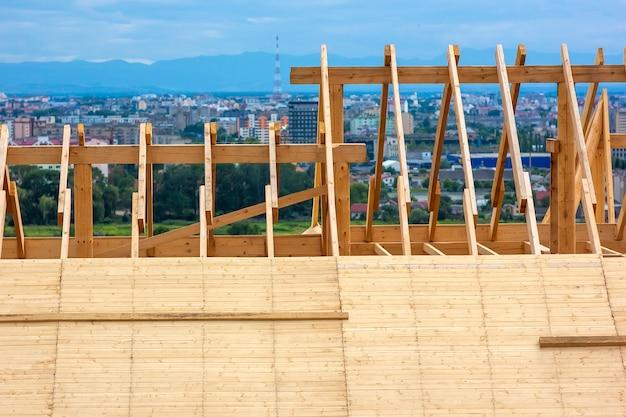 Construction de toiture. construction de maison à ossature de toit en bois