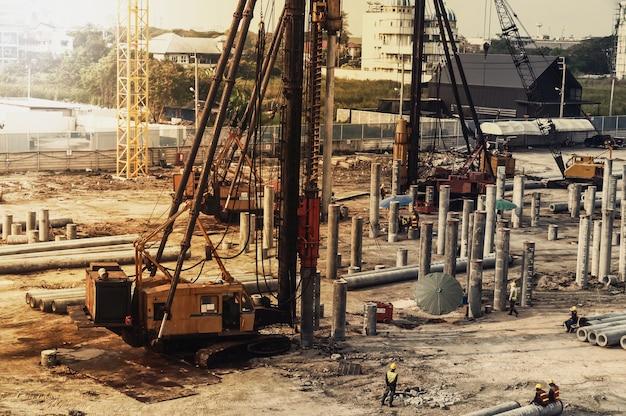 Construction travaillant sur un chantier de construction