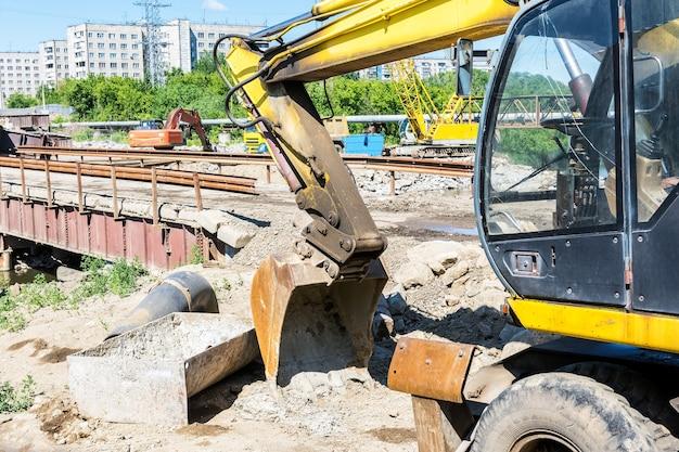 Construction et travaux routiers la reconstruction d'un pont routier sur la rivière dans un quartier résidentiel a
