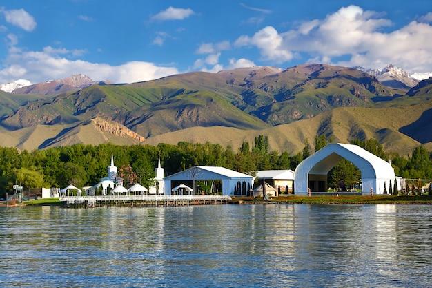 Constructions architecturales sur la rive du lac de montagne.