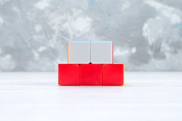 Constructions de jouets colorés conçus en forme sur un bureau léger, plastique jouet