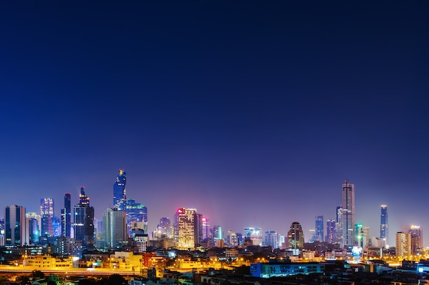 Construire avec ciel la nuit à bangkok, thaïlande