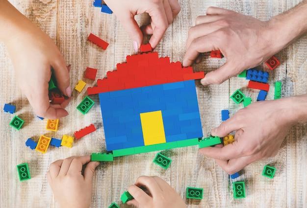 Construire une maison de designer lego. fond sélectif.