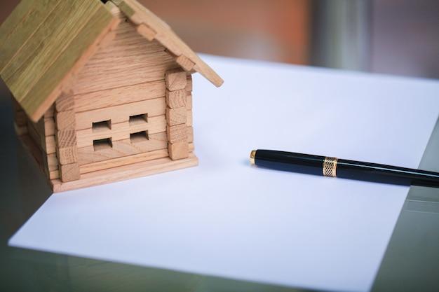 Construire une nouvelle maison. gros plan du plan de maison avec des outils de construction