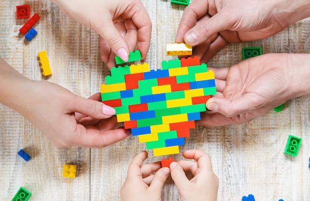 Construisez un cœur de designer lego. fond sélectif.