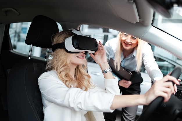 Un consultant démontre les nouvelles fonctionnalités de la voiture dans des lunettes 3d