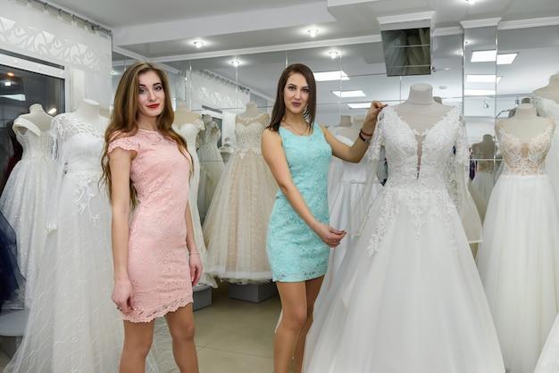 Consultant femme aidant la mariée à choisir une robe de mariée